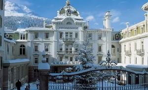 Hotel mit Schnee in der Schweiz