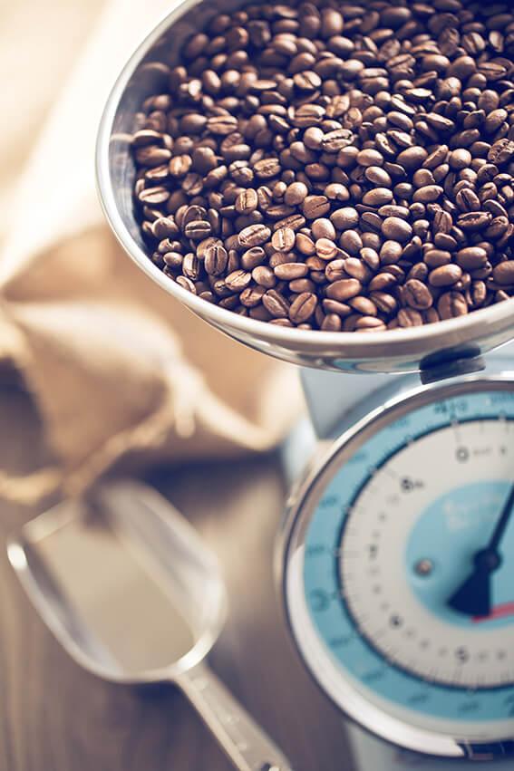 Kaffeebohnen wiegen