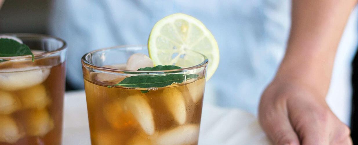 Ein Glas mit Eiswürfeln und Eistee