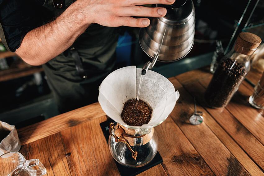 Kaffee im Handfilter quellen lassen