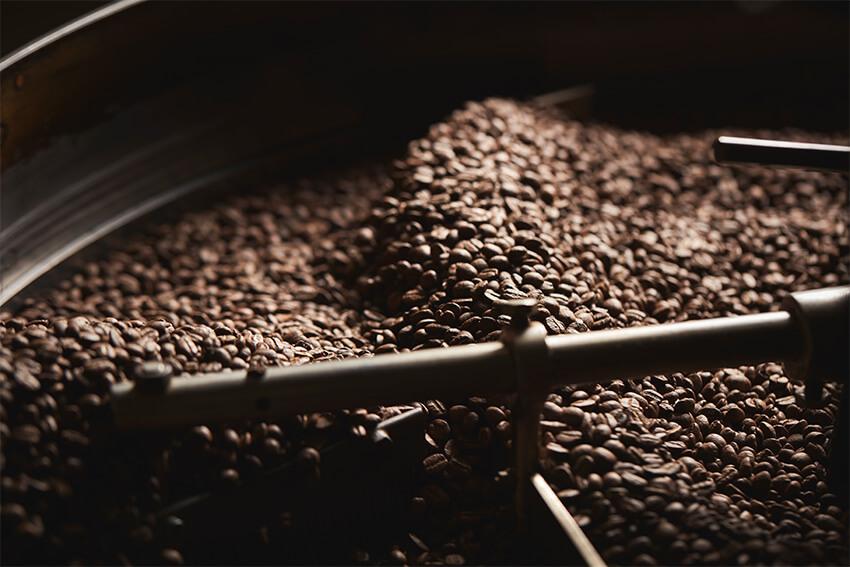 Kaffeebohnen-in-der-Trommelr-stung