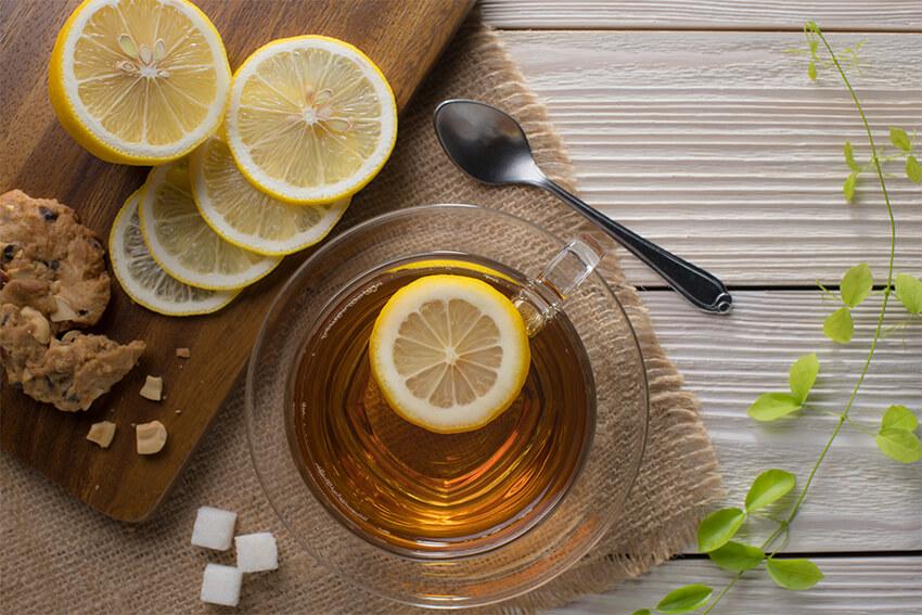 gelber-Tee-mit-Zitrone